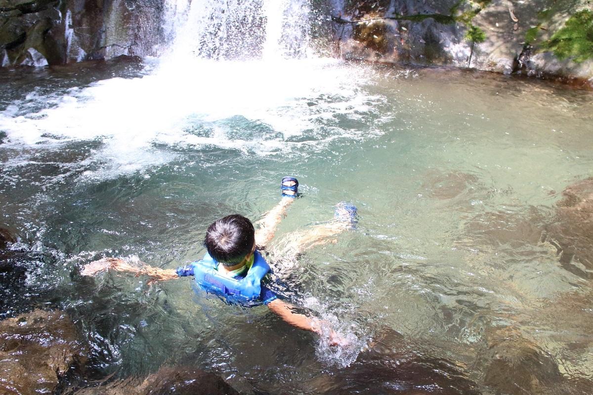 子ども 川遊び