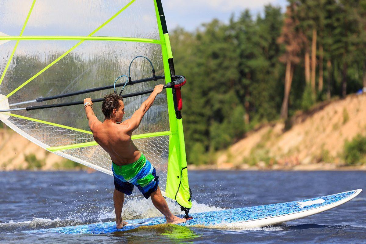 ヨットやサーフィンとの違いは?ウィンドサーフィンの仕組みと、用語を知ろう