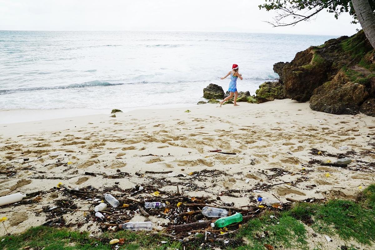 海岸の子ども 海のゴミ 環境問題