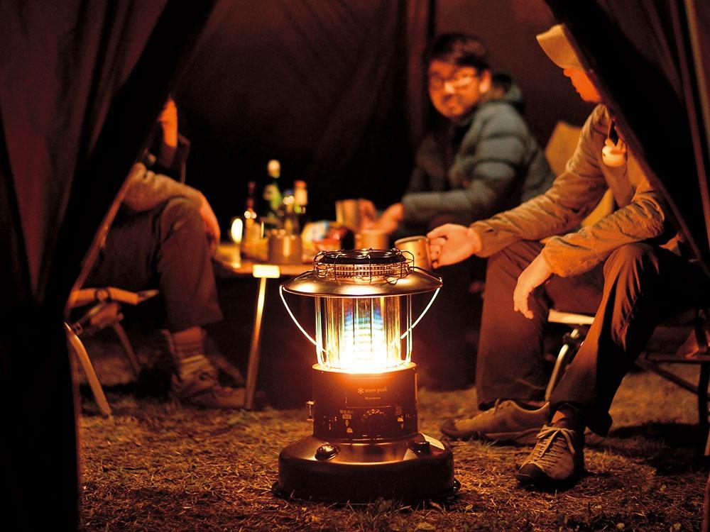 冬キャンプの新定番、薪ストーブ&石油ストーブ。安全に使うには?
