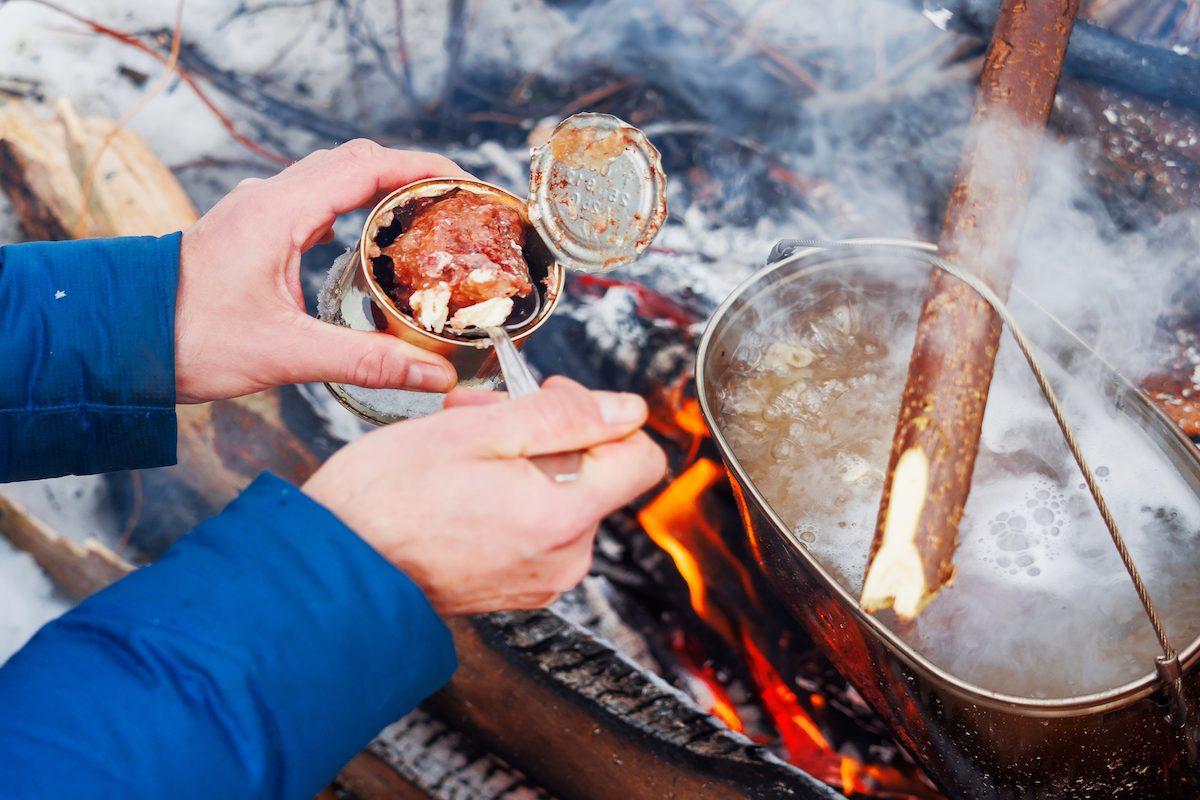 雪中キャンプでは必須!体を芯から温めてくれるアウトドア料理を作ろう