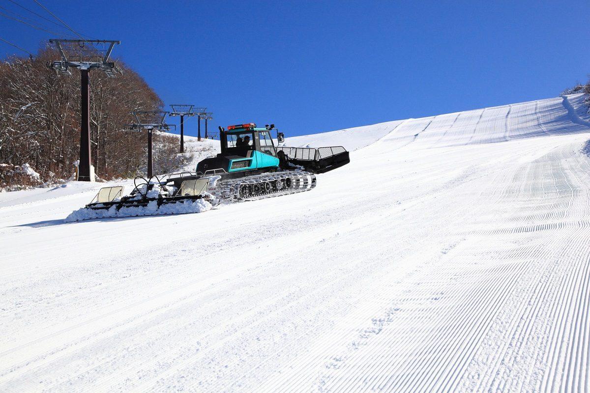 ゲレンデ整備は雪上車輌におまかせ?!縁の下の力持ち!スキー場のコース整備は職人技?!
