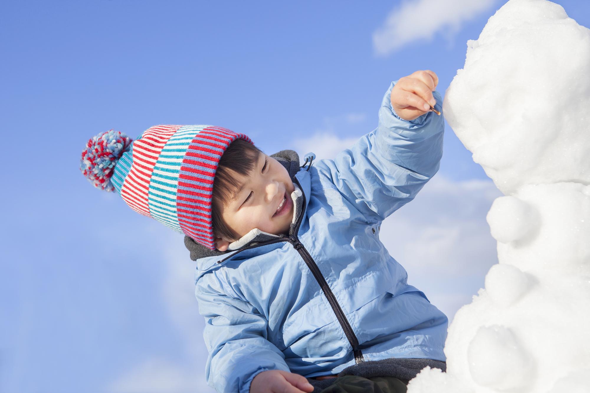 【子どもの雪遊び】服装や靴はどうする?雪遊びファッションの基本とおすすめアイテム12選