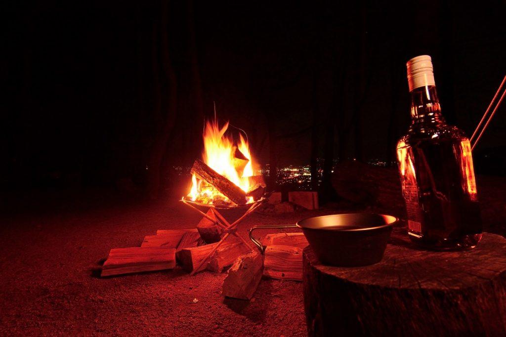 雪中キャンプの焚火