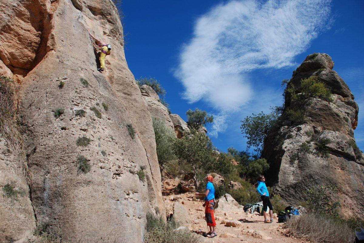 岩場歩きが楽になる!ロープを使ったルートクライミングを覚えよう!~基本的な登り方編