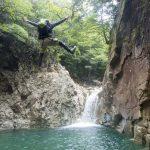 夏はシャワークライミング!全身で沢や川を楽しむアクティビティ「シャワークライミング」を体験してみない?