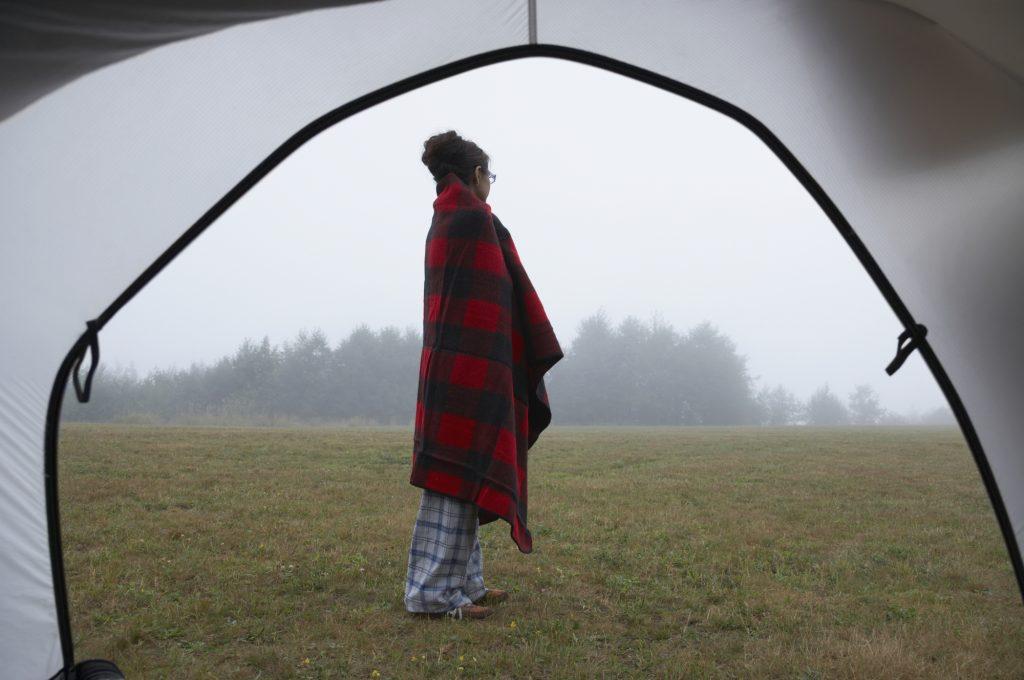 秋キャンプに持っていきたい温かいブランケット