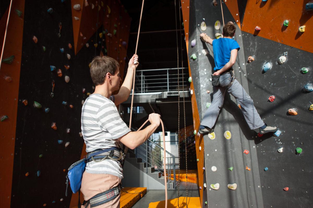 トップロープクライミングにチャレンジ!必要な道具や安全に登るための心構えについて