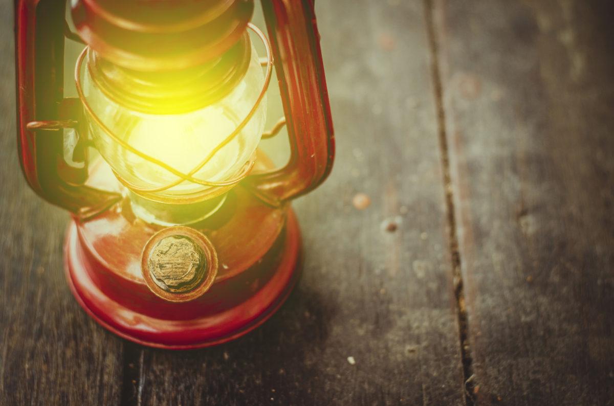 オイルランタン・ランプは初心者でも使いこなせる!オイルランタンの魅力と燃料について