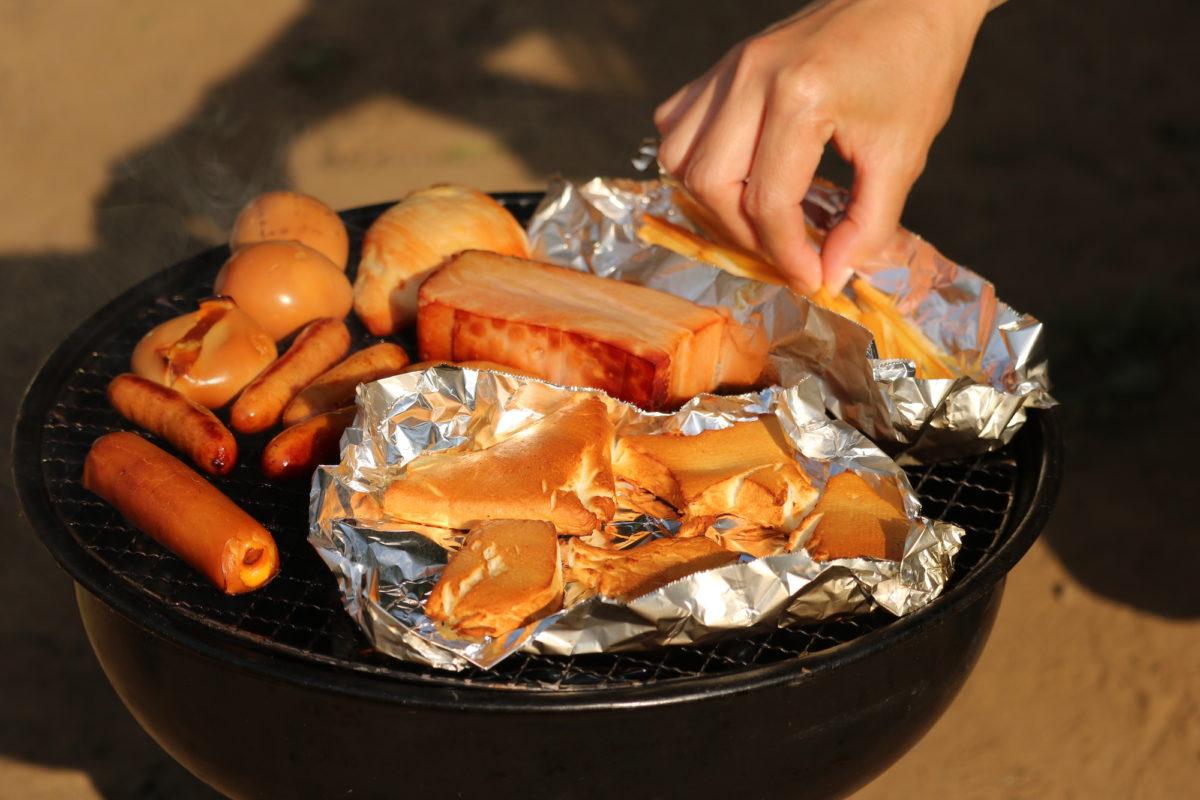 キャンプで燻製にチャレンジしてみたい!燻製器を使えば誰でもかんたんにおいしくできる!