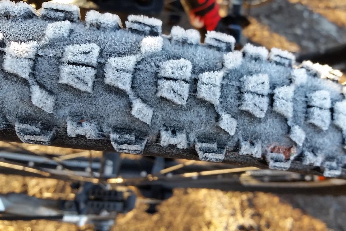 ブロックタイヤ凍結ファットバイクの適正空気圧