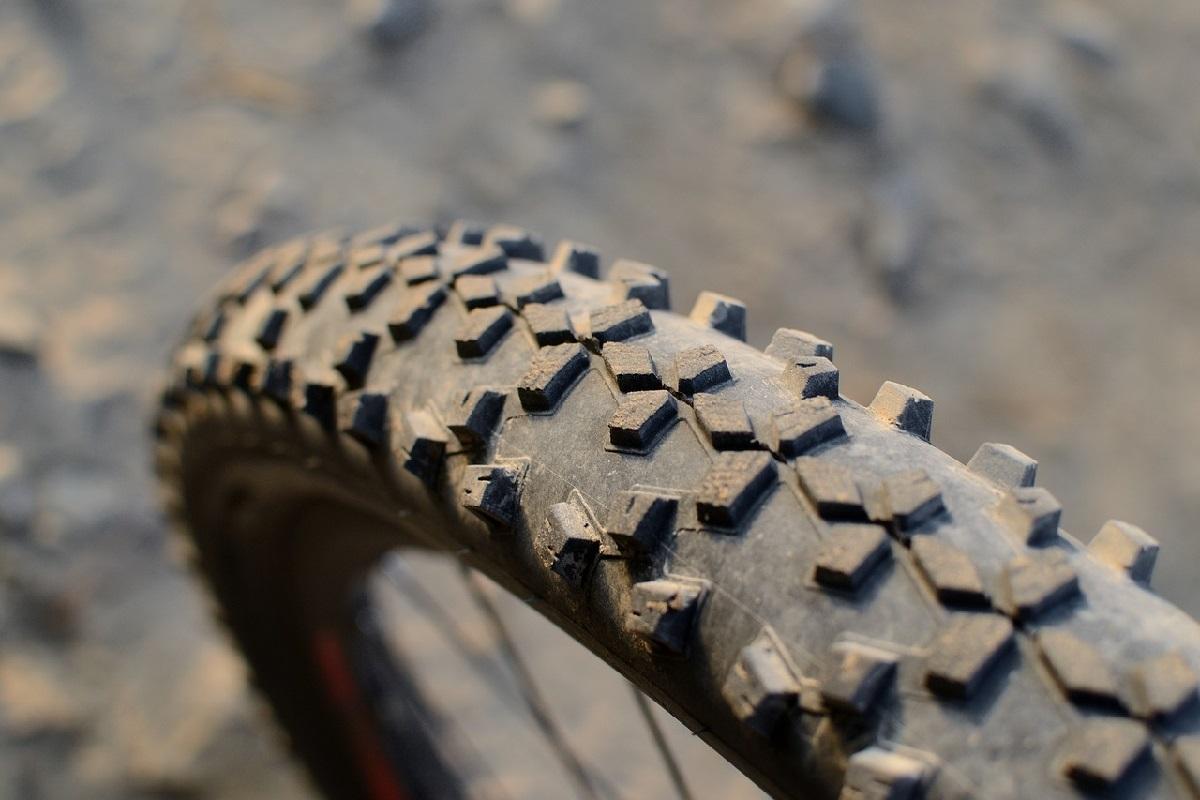 MTBブロックタイヤスパイク装備のマウンテンバイク