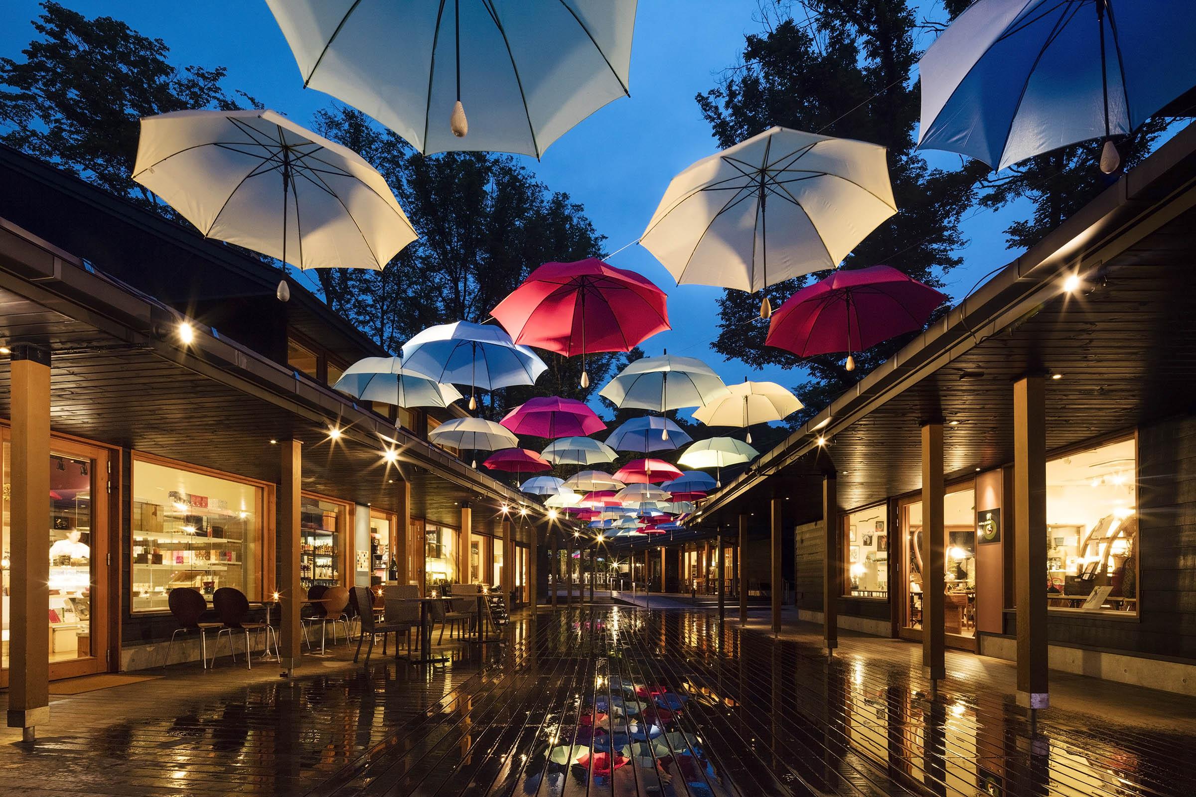 軽井沢星野エリア ハルニレテラス 雨を楽しむイベント「軽井沢アンブレラスカイ2019」開催 開催期間:2019年6月1日~梅雨が明けるまで