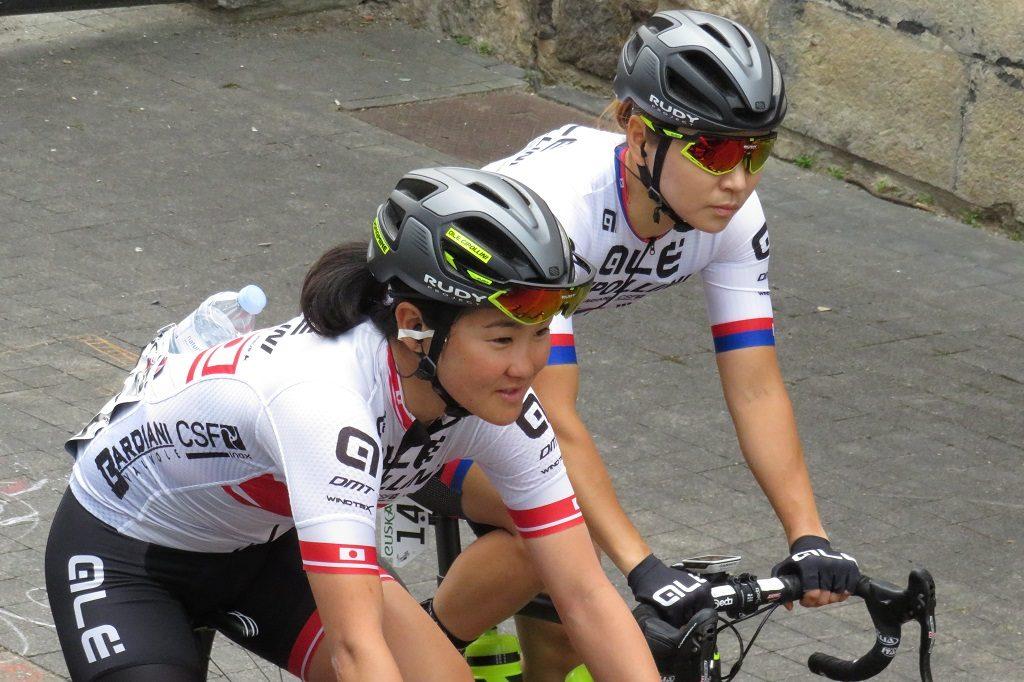 韓国チャンピオンであるナ選手と一緒にサイン台に向かう与那嶺選手。