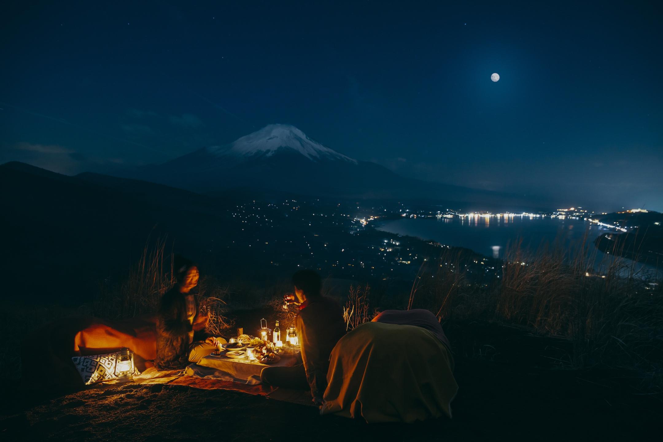 星のや富士 富士山の絶景を望むナイトピクニックを楽しむ 「富士ムーンライトトレッキング」を開催