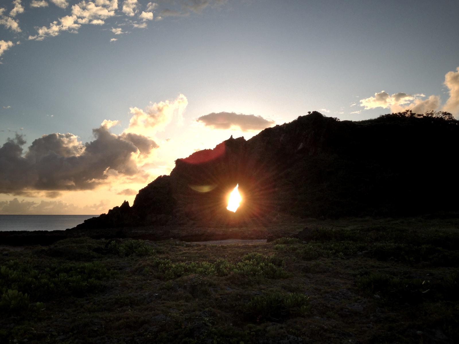 久米島で「ダイヤモンド朝日」を見られるシーズンが到来 、1年で夏至の時期だけ見られる「ミーフガー」の絶景