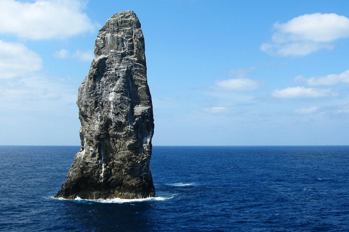 ダイビングの聖地と呼ばれる孀婦岩!大海原にそそり立つ高さ99mの突岩に圧倒