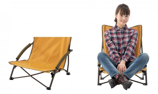 座高20cmのローポジションかつ座面広々なので、ゆったりとあぐらを組んで座ることができる。