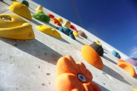 登ってもインテリアにもOKのクライミングホールドの特徴と設置法も紹介!