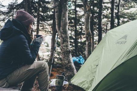 秋キャンプってどんな服装がベスト?気温差&寒さ対策はコレ