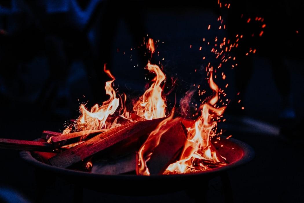 薪スタンド キャンプの焚き火