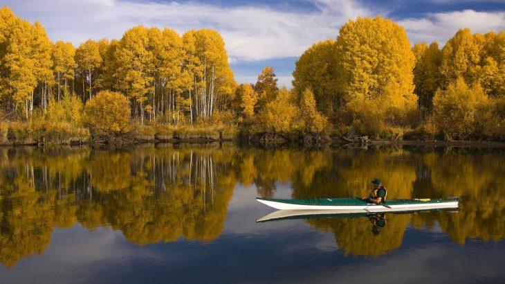 秋はカヤックで紅葉を楽しもう!全国のおすすめ紅葉スポット12選