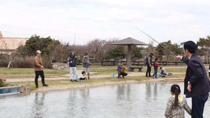 公園のじゃぶじゃぶ池が「ニジマス釣り」に変身!横須賀市長井海の手公園 ソレイユの丘