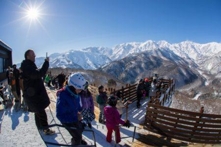 白馬岩岳スノーフィールド、白銀の北アルプスを一望できる絶景テラス「HAKUBA MOUNTAIN HARBOR」の冬季営業開始【360°パノラマ絶景を見渡せるスノーリゾート】