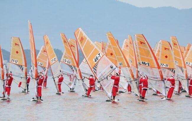 かんざんじサンビーチでマリンスポーツのクリスマスフェスタ【サンタ100人が浜名湖に大集合!】