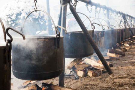 キャンプで焚き火をカッコよく楽しもう!おすすめの焚き火ハンガーをご紹介します