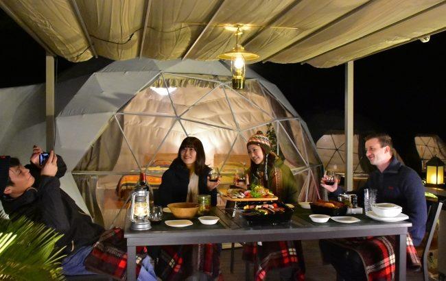 「キャビン型バス&トイレ」がドームテントに連結、伊豆シャボテンヴィレッジに便利で快適な新感覚グランピング施設がNewオープン