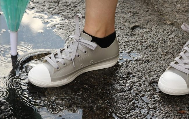 見た目はスニーカー、機能は長靴の「レインスニーカー」で雨でも自由を楽しむ