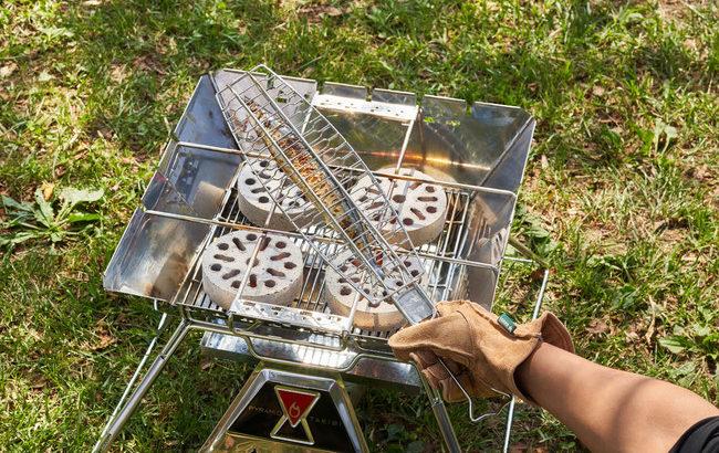 LOGOSの「炭火サンマ焼き器」は焼き網に焦げ付かず、きれいにサンマが焼ける!