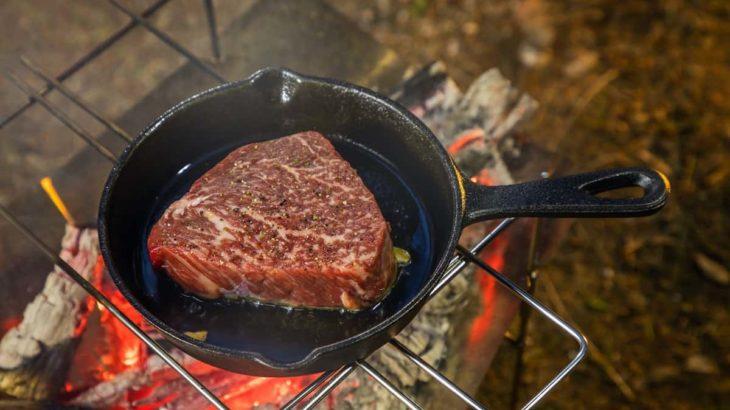 キャンプでステーキを美味しく焼きたい!ステーキの美味しい焼き方と準備を徹底解説