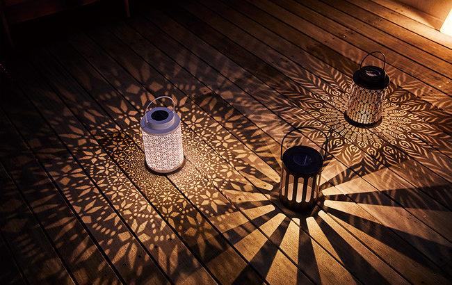 カメヤマキャンドルハウスの「LEDソーラー」はソーラーパネルを搭載、放射状に投影される陰影が美しいLEDランタン