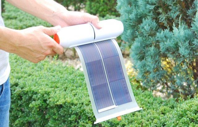 巻き取れるソーラーパネルを内蔵したモバイルバッテリー「Roll Solar Charger」はキャンプや登山の味方!