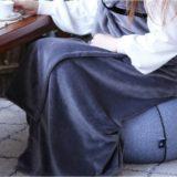 屋外でも羽織っていたい「巻きつけるラップブランケット」はズリ落ちにくいブランケット