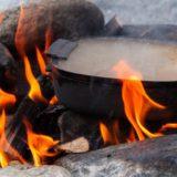 鋳物鍋「+visiココット」は焚き火・IH・オーブンと、シーンを選ばずフタをしたまま焼ける!