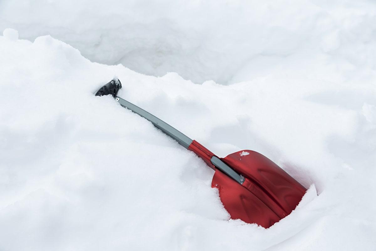 雪中キャンプ スコップ