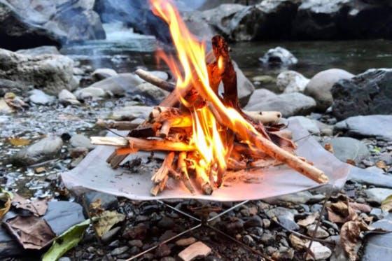 スポーク焚き火台は、直火の炎の美しさと超軽量コンパクトを追求