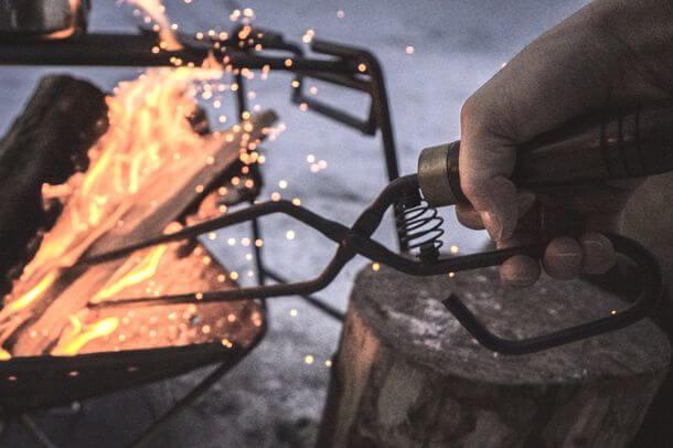 コイルスプリングで快適な操作性を実現した焚き火ばさみ『TAKIBI TONGS』でキャンプ・焚き火がもっと楽しくなる!