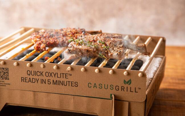 サステナブルな使い捨てグリル「カサスグリル」とラム焼肉専門店「らむね」のコラボ商品が登場!