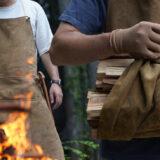 キャンパーに贈る、一枚革でつくる本格「焚火エプロン」