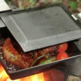 タフな鉄工マルチクッカー「深皿ソロ鉄板」、鉄のメスティンで焼く・煮る・揚げる!