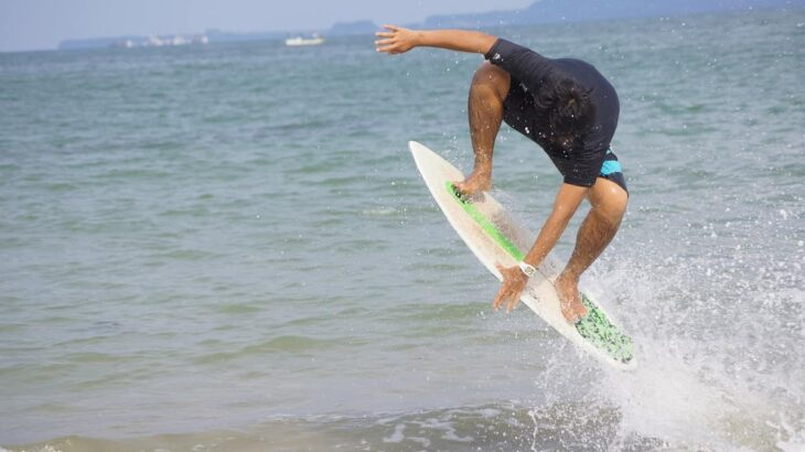 波打ち際のマリンアクティビティ!スキムボードとは?サーフィンとの違いや遊び方を紹介